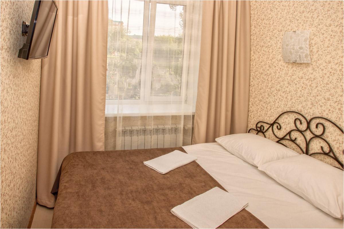 Двуспальная кровать в двухместном номере №5