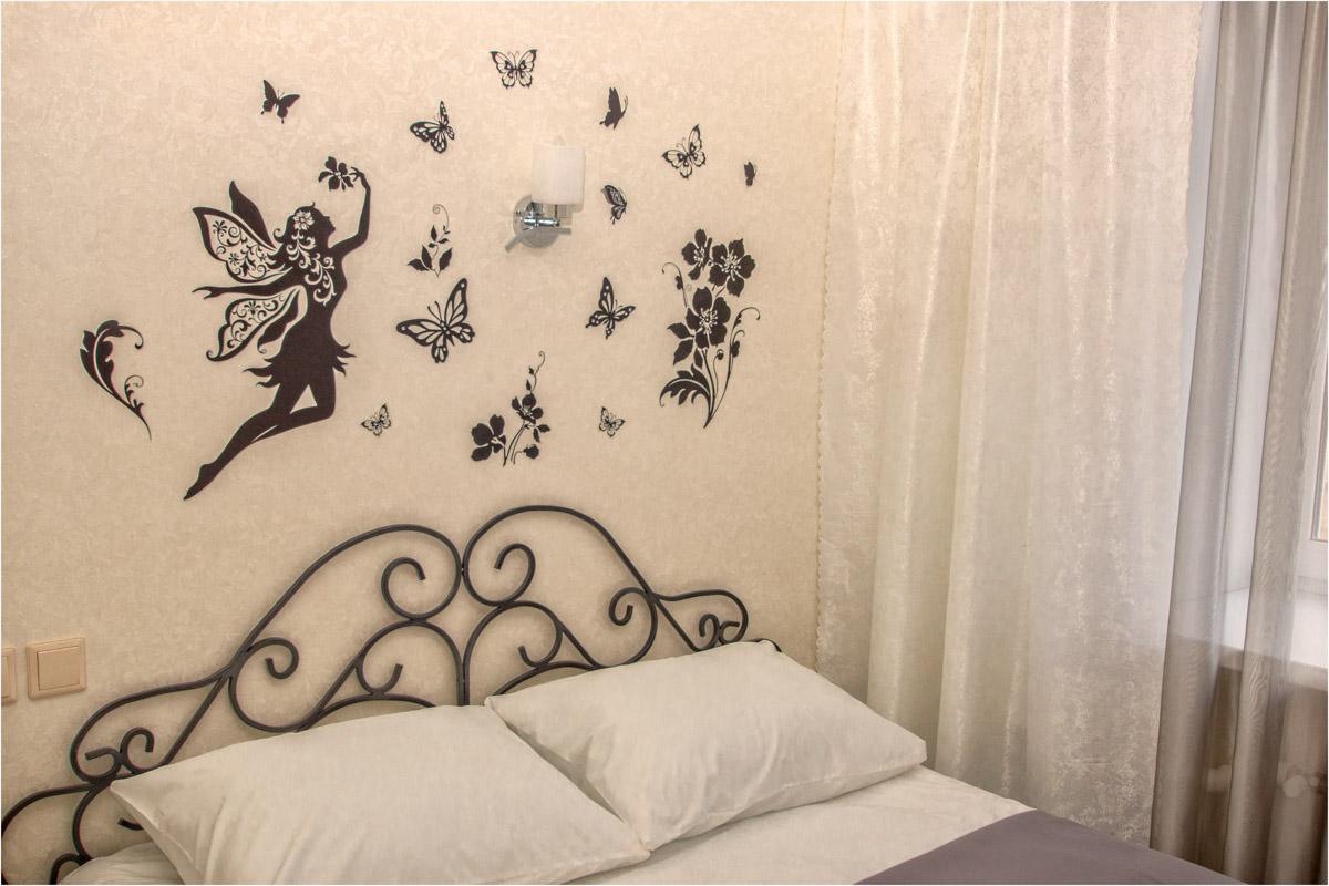 Двуспальная кровать в двухместном номере №8